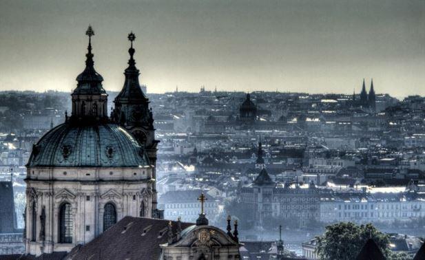 Vista de Praga con la cúpula de la iglesia de San Nicolás en Mala Strana en el primer plano